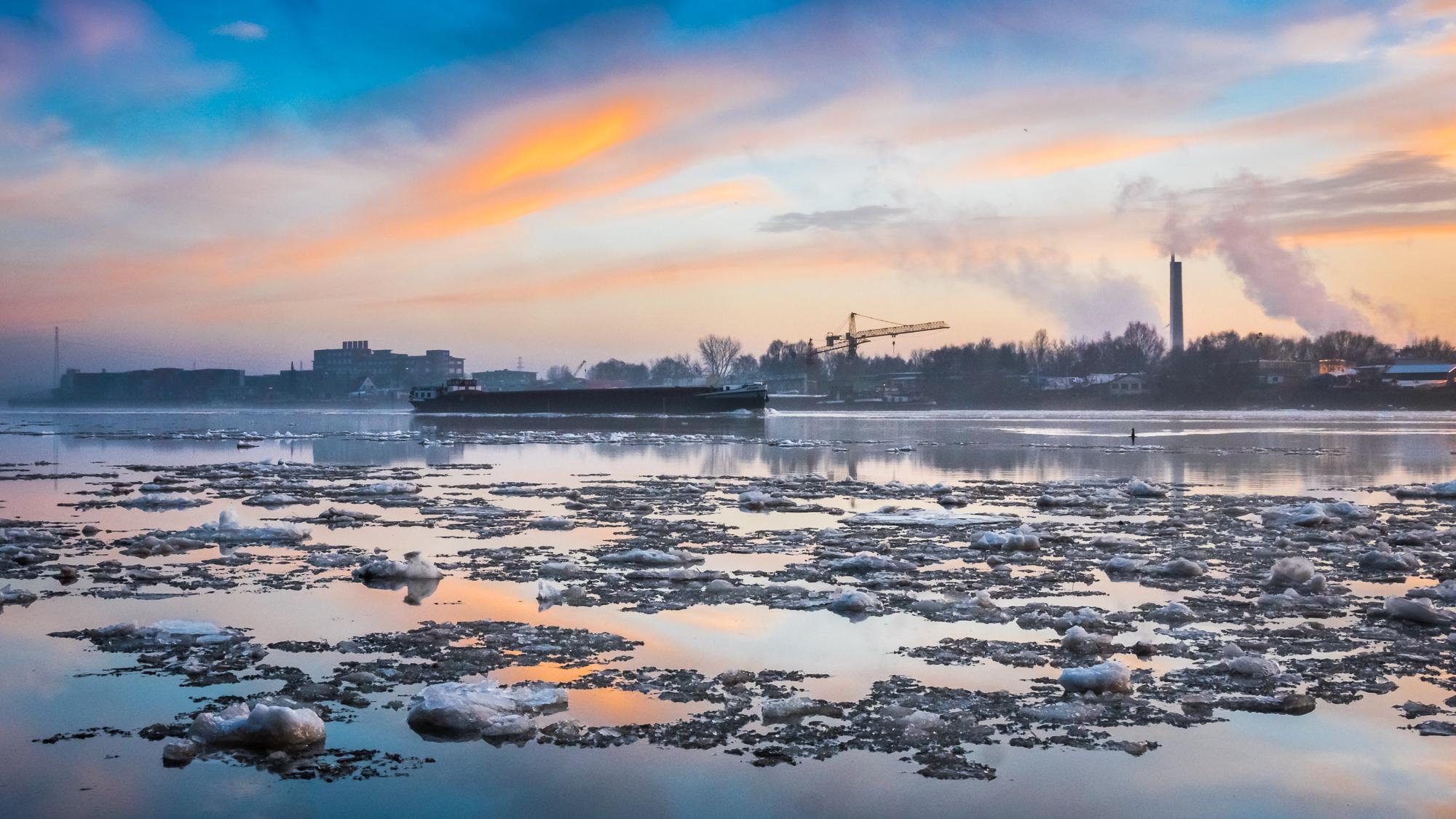 Schiff im Elbeis