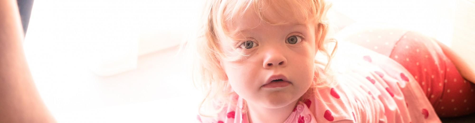 Ein kleines Mädchen in der Kinderbetreuung
